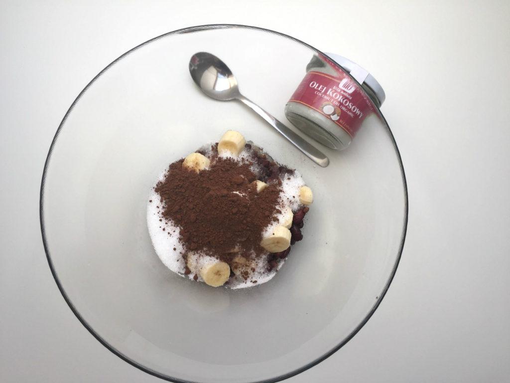 brownie z fasoli - etap 6 dodajemy kakao i olej kokosowy